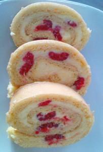 Biskuit-Roulade mit Vanillecrème und Himbeeren